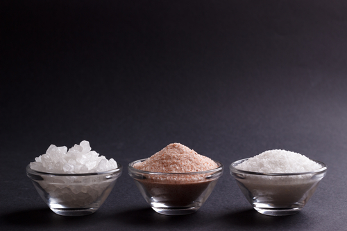himalayan_pink_salt_vs_table_salt.jpg